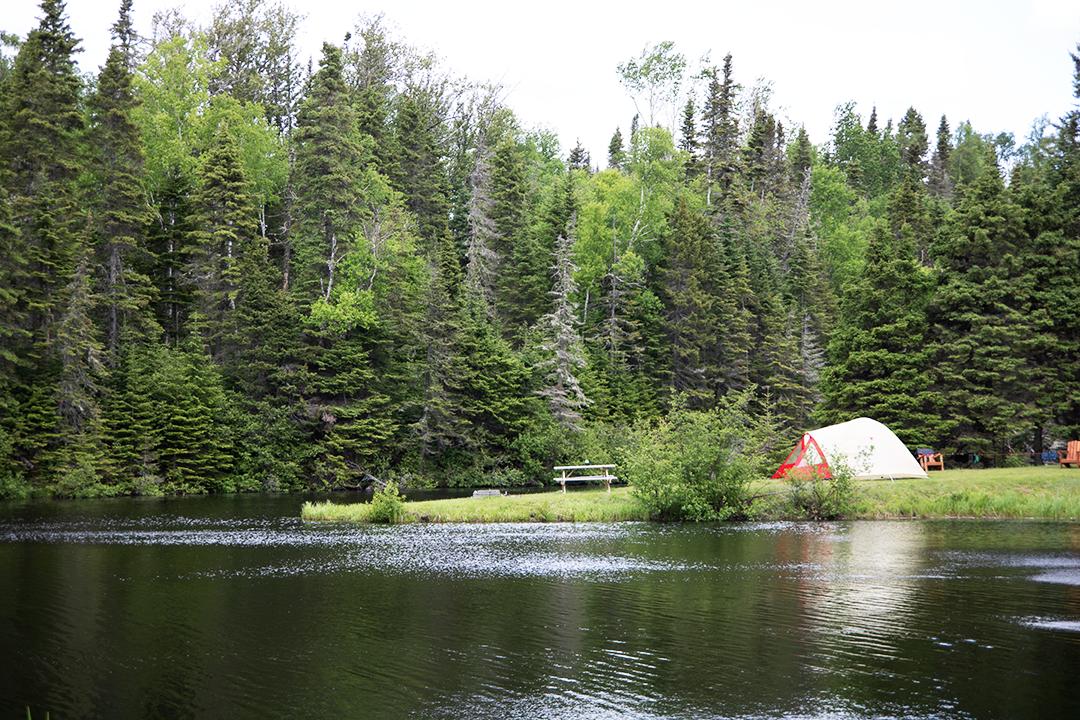 tente près d'un lac